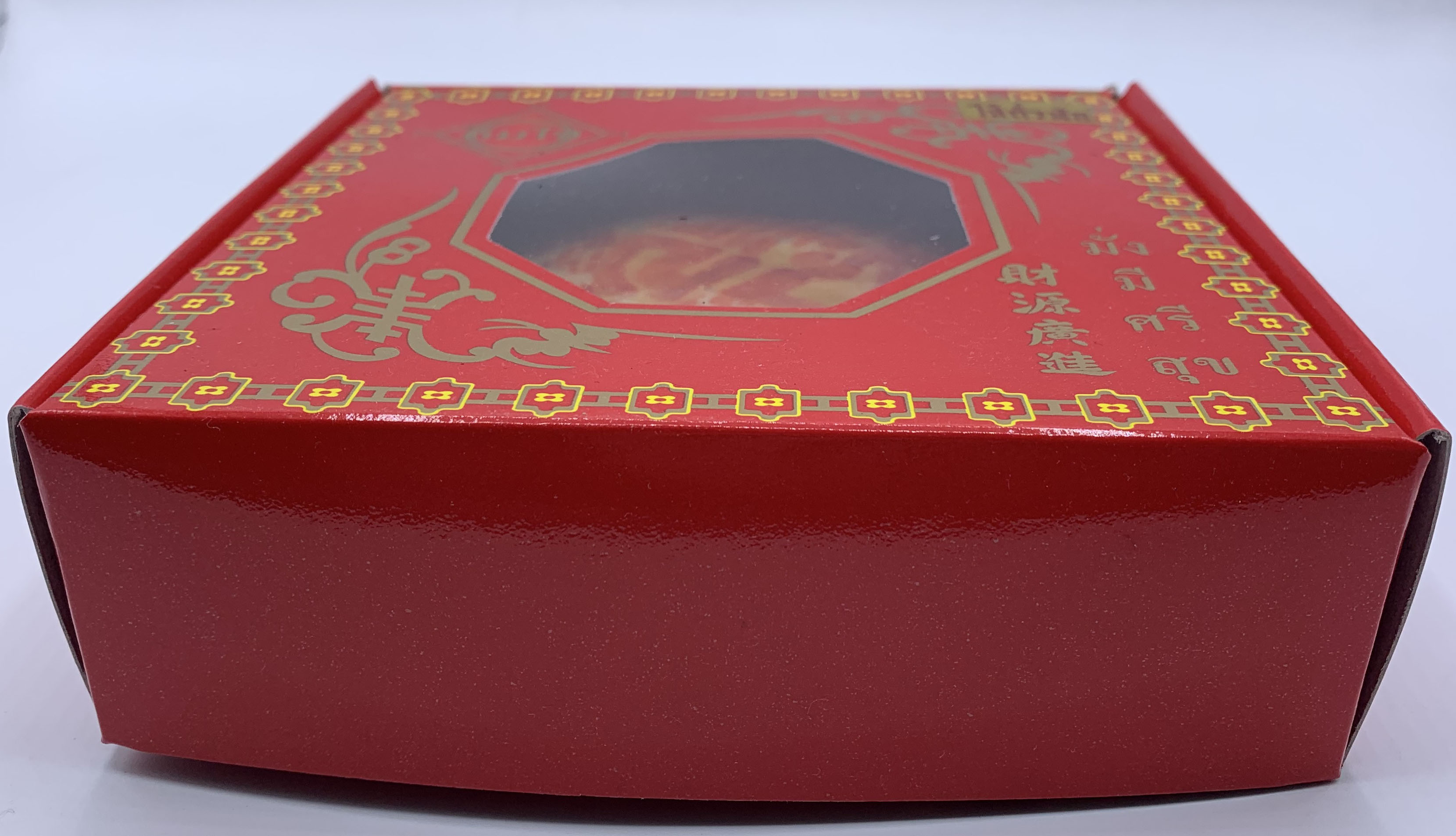 รูปแบบเปี๊ยะกล่องแดงสามารถนำมาแจกแขกพร้อมการ์ดเชิญมางานแต่งงานได้ค่ะ